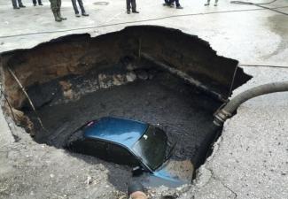 Park halindeki otomobil kanalizasyona düştü