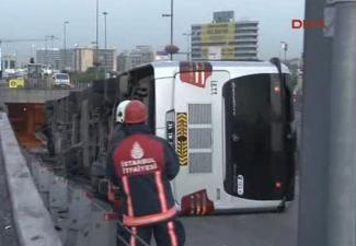 Metrobüs devrildi: Yaralılar var