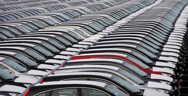 Otomobil satışları yarı yarıya azaldı