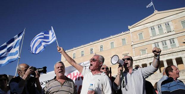 Yunanistan'da her iki kişiden biri devlete borçlu