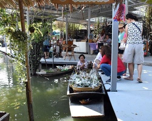 Turistleri çeken yüzen pazarlar