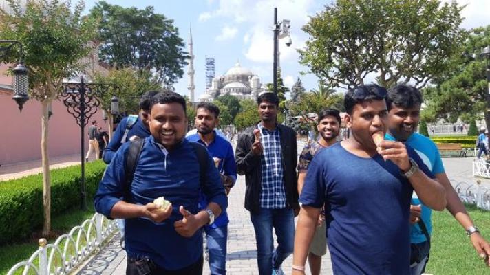 İstanbul tatili ödülü Hintlileri de esnafı da güldürdü
