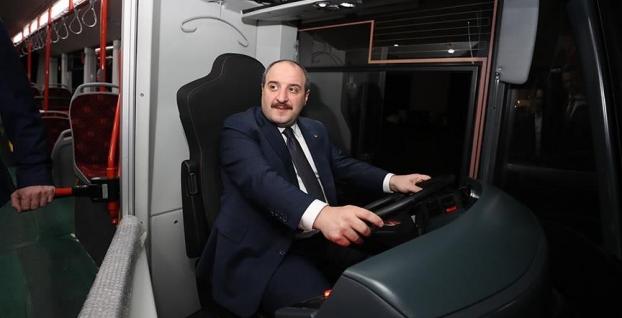 Bakan Mustafa Varank 'sessiz otobüs'ün direksiyonuna geçti