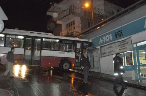Virajı alamayan otobüs marketin duvarına çarptı