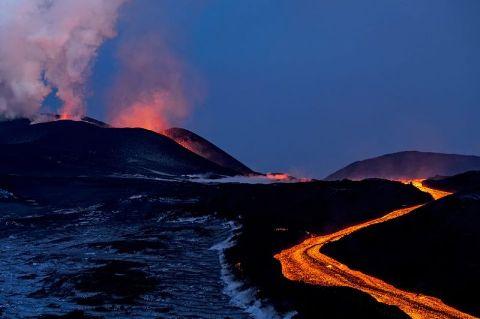 Rusya'da bir yanardağ lav gölü oluşturdu
