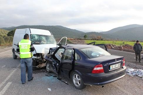 Otomobille minibüs kafa kafaya girdi: 4 ölü