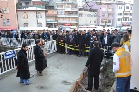 Trafoyu protesto için beton harcına girdiler