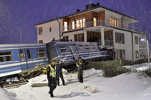 Bu  da oldu! Kadının biri çaldığı trenle 3 katlı binaya girdi