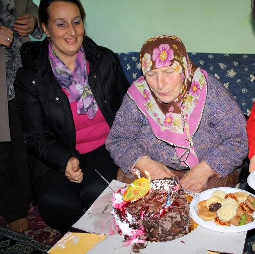 74 yaşında ilk kez doğum günü kutlandı