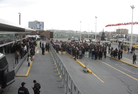 BDP'liler cenazeler için havaalanında (Video)