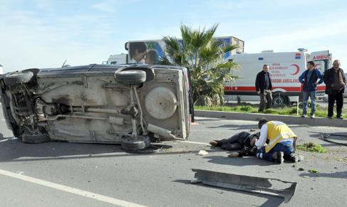 Tarsus'ta otomobil takla attı: 3 yaralı