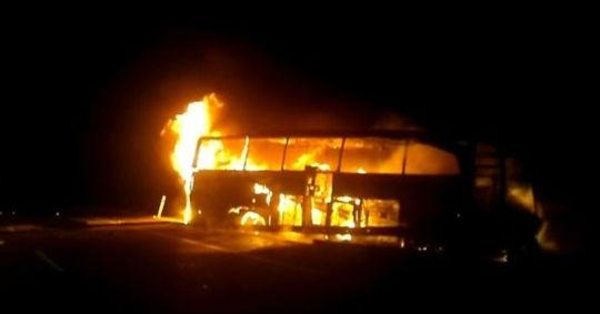 Bariyerlere çarpan otobüs alev aldı: 7 yaralı