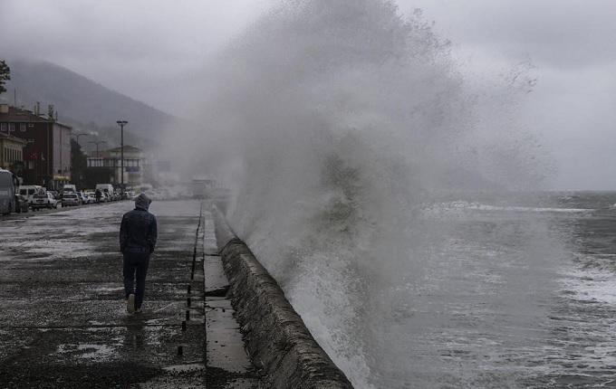 Karadeniz'de dalga boyu 4 metreyi geçti
