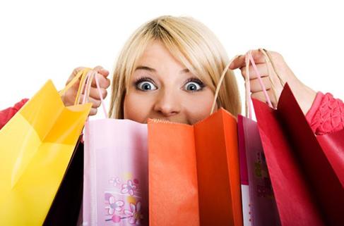 Alışverişte orta yaş gençlerin önünde