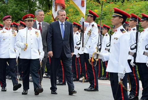 Erdoğan Singapur'da askeri törenle karşılandı