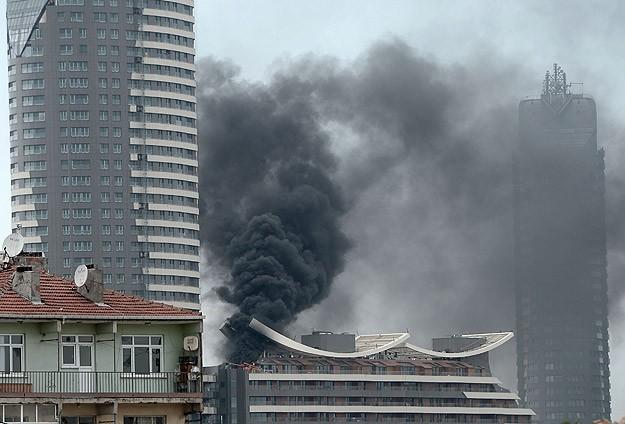 İstanbul'da AVM'de yangın korkuttu
