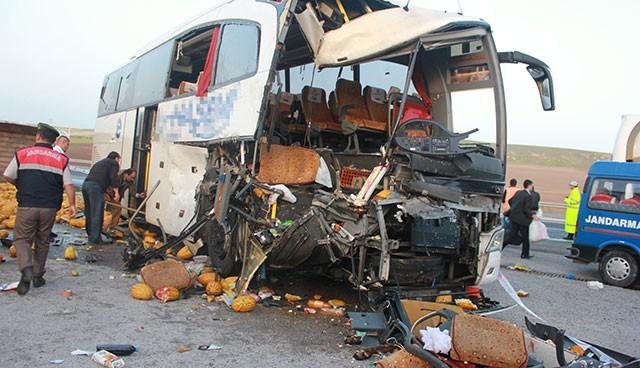 Yolcu otobüsüyle kamyon çarpıştı: 1 ölü, 40 yaralı