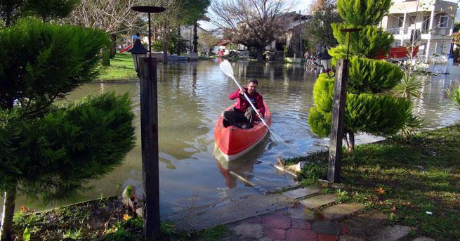 Göl taştı, cadde Venedik'e döndü!