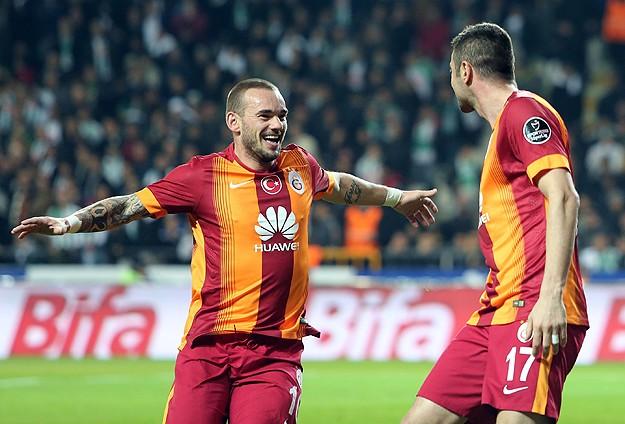 Sneijder atıyor 'Cim Bom' kazanıyor