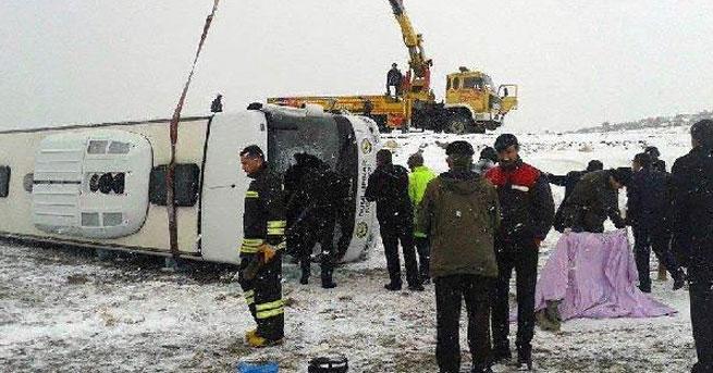 Buzlu yolda kayan midibüs devrildi: 15 yaralı