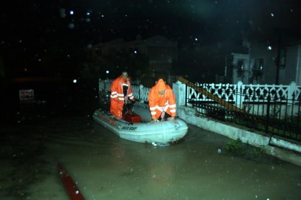 Çeşme ve Alaçatı sele teslim oldu (Foto)