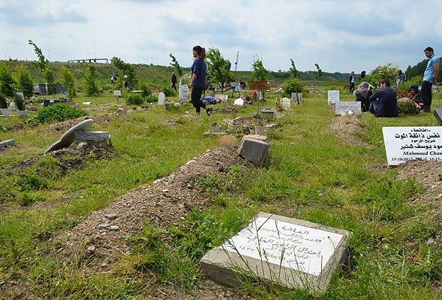 Müslüman mezarlığı tahrip edildi