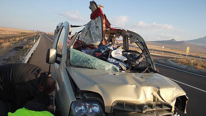 Hafif ticari araç ile otomobil çarpıştı: 13 ölü (video)