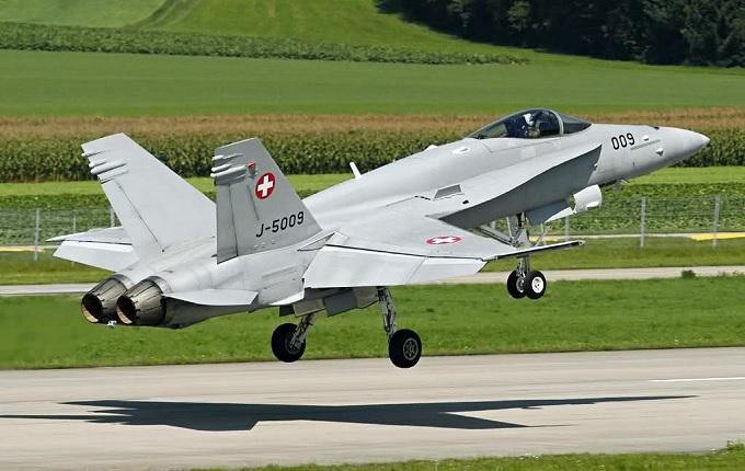 İsviçre savaş uçağı Fransa'ya düştü