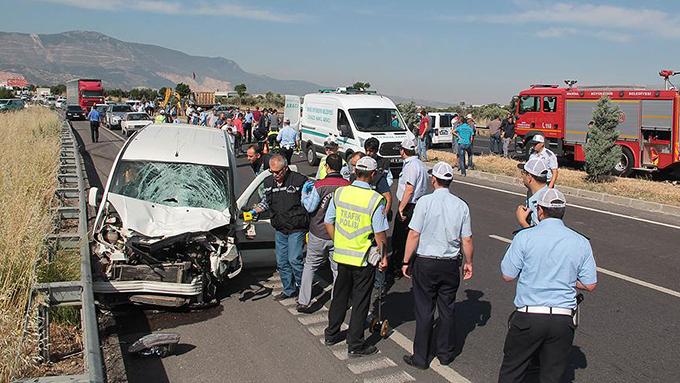 Ticari araç yolda çalışan işçilere çarptı: 3 ölü, 2 yaralı