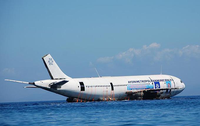 Kuşadası'nda uçak suya indirildi