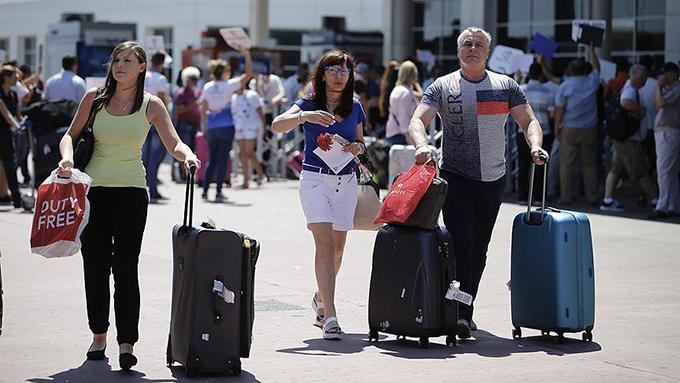 İlk Rus turist kafilesini taşıyan uçak Antalya'da